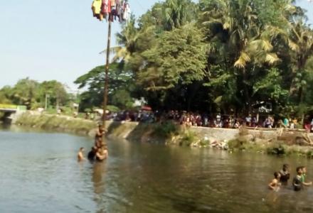 Lomba Panjat Pinang Di Tengah Sungai